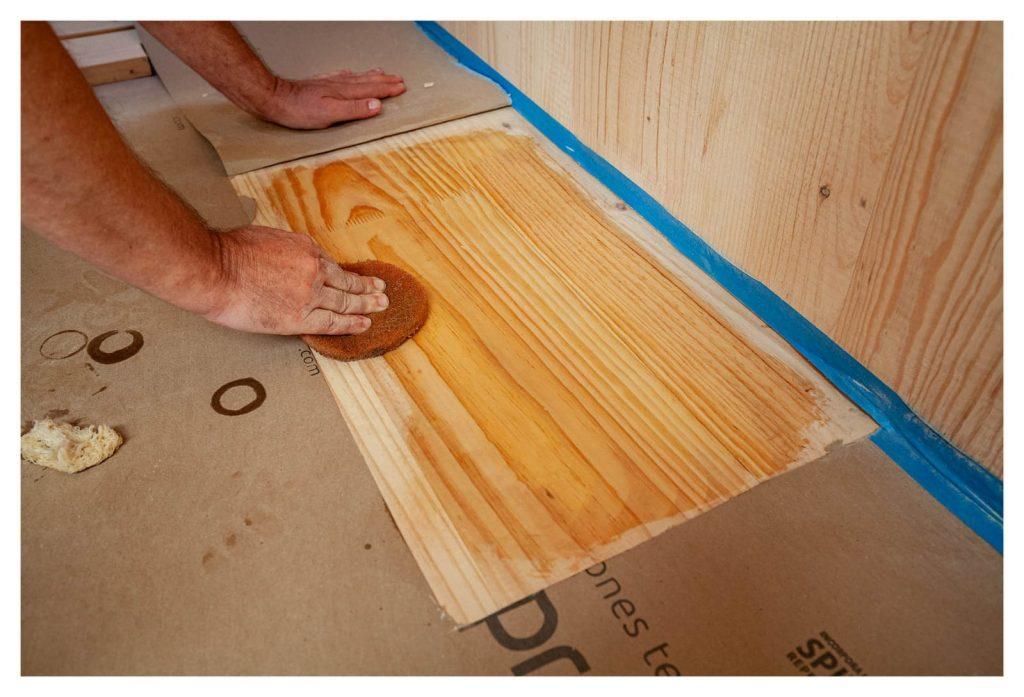 Aplicación de aceite natural Livos sobre madera